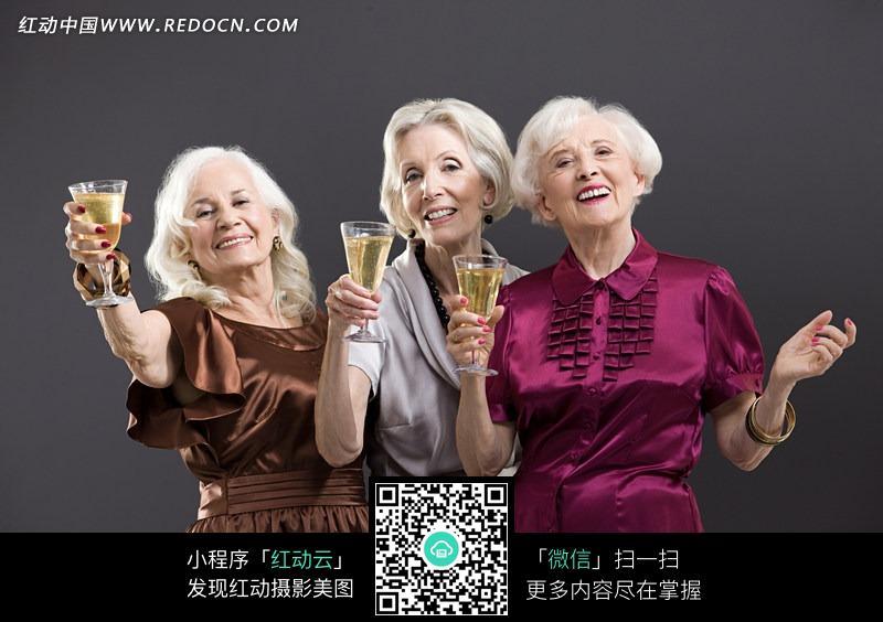 手拿香槟微笑举杯的外国白发老太