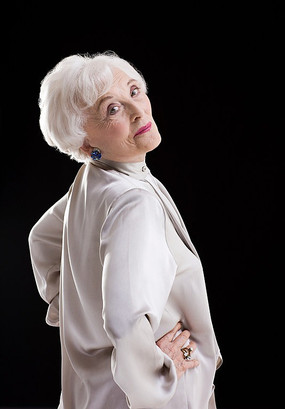 欧美胖奶奶_叉腰回望的外国老奶奶
