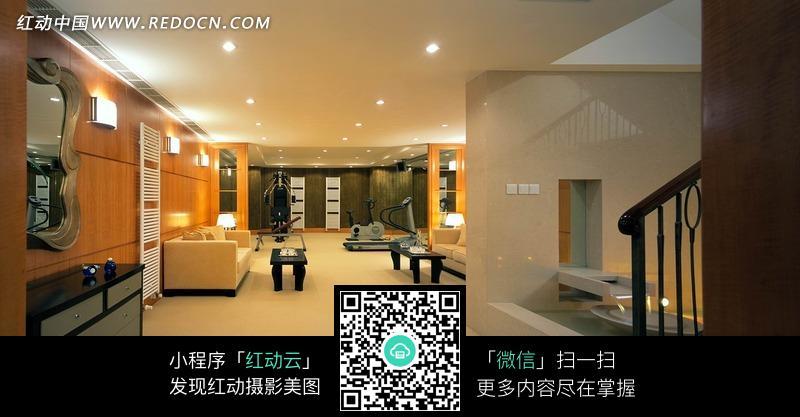 摆放柜子/沙发/茶几的宽大的客厅图片