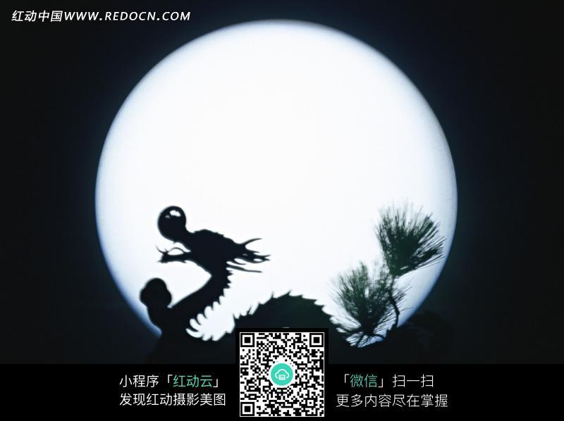 月亮背景的龙戏珠图片