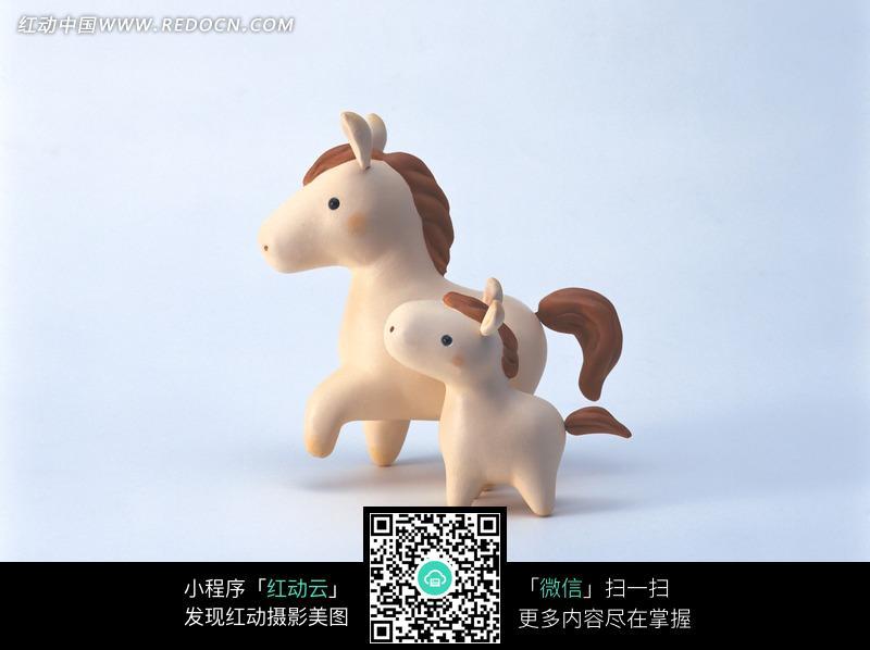 两个可爱的玩具小马_陆地动物图片