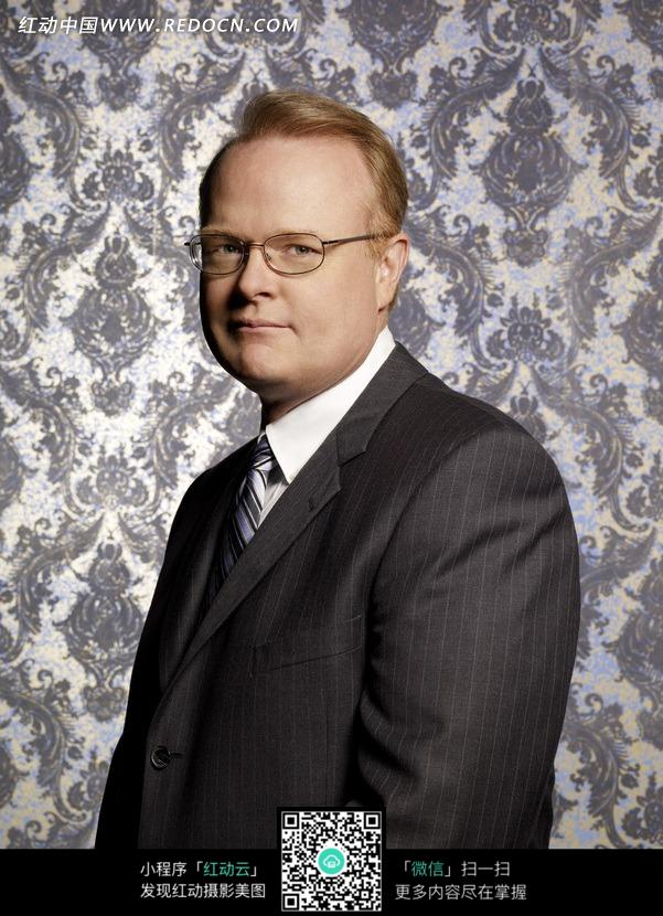 戴眼镜的外国中年男子图片
