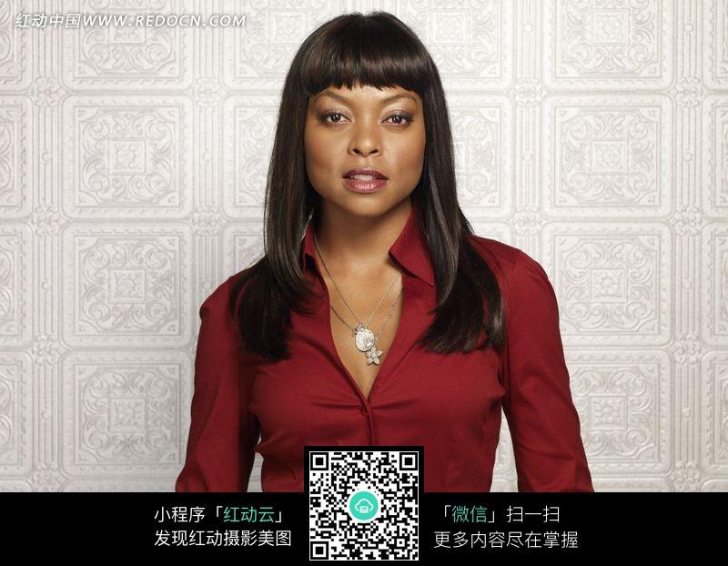 穿紫色衬衣的外国黑人美女图片
