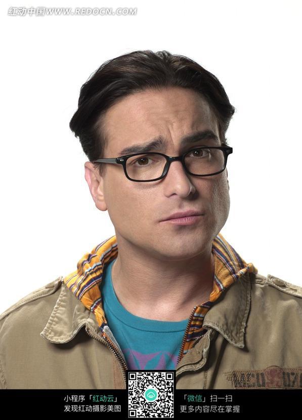 戴眼镜发愁的外国男人图片