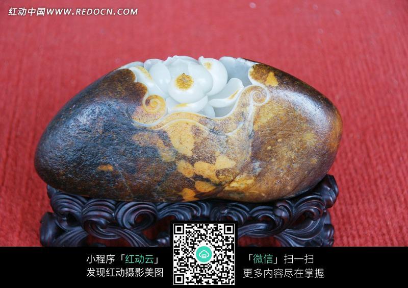 雕着荷花的玉石雕刻品