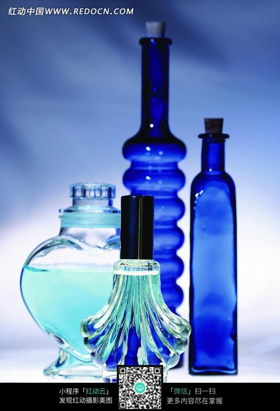 四个漂亮瓶子的香水图片