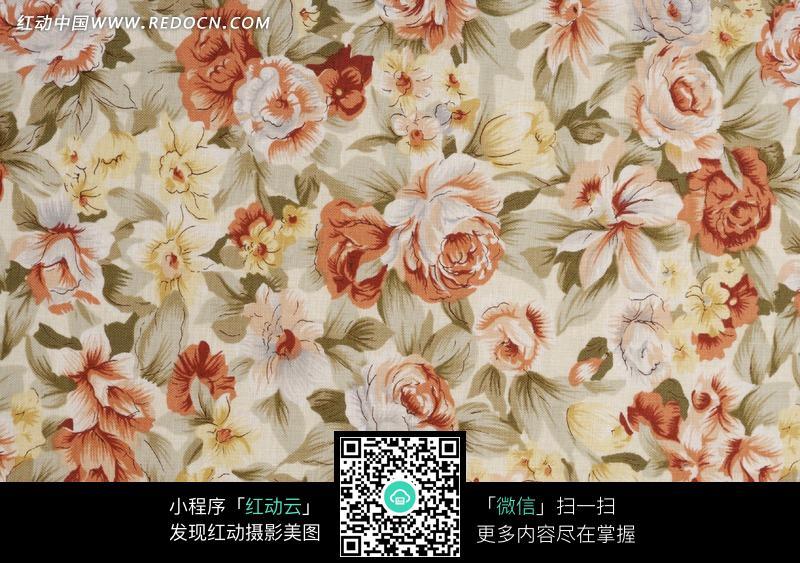 大花布料_绣着红白杂色花朵的布料