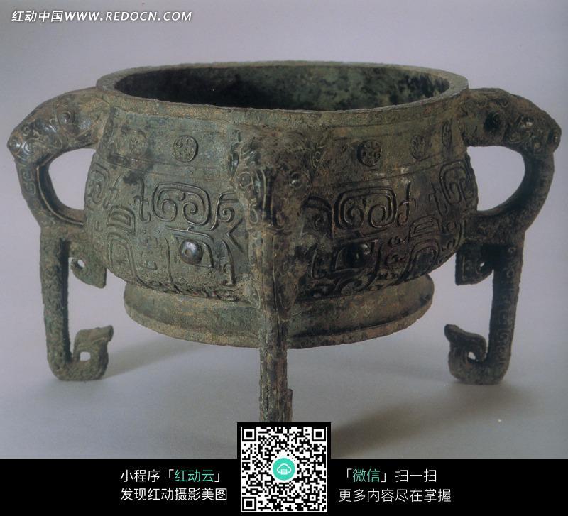 刻有古代花纹的三足青铜鼎