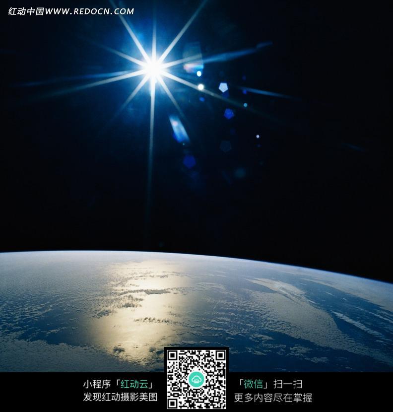 光晕/强烈的阳光/地球局部构成的图片