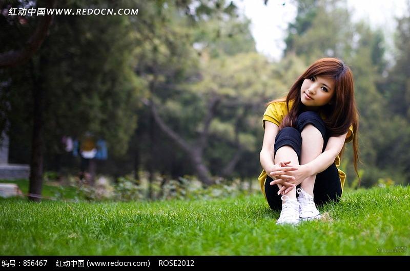 坐在草地上的女孩图片