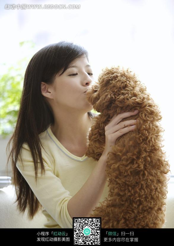 和比熊亲吻的美女图片 日常生活图片