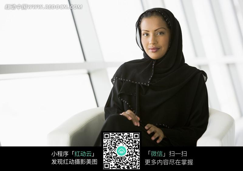 在微笑的沙特阿拉伯女人图片