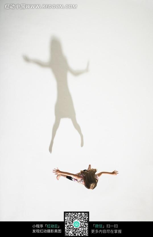 伸手的女孩和影子图片
