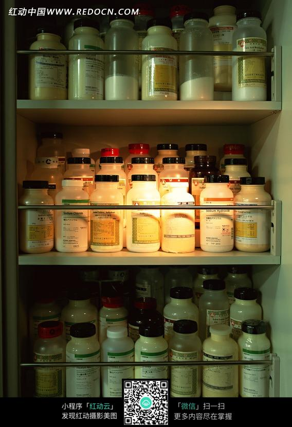 柜子上的各式瓶子图片