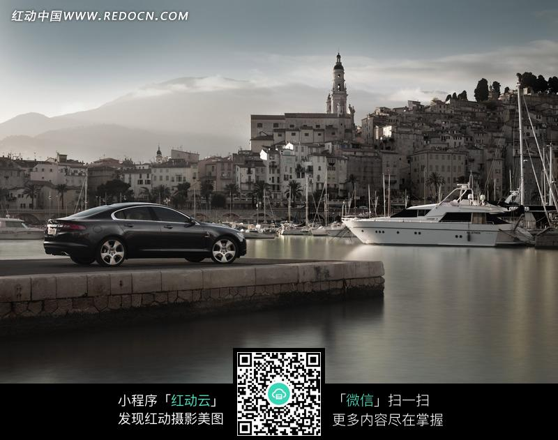 停放在河边的黑色汽车图片高清图片
