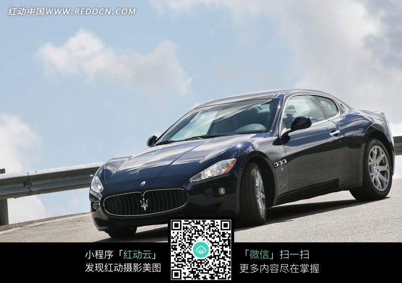 蓝天白云下的玛莎拉蒂汽车图片 高清图片