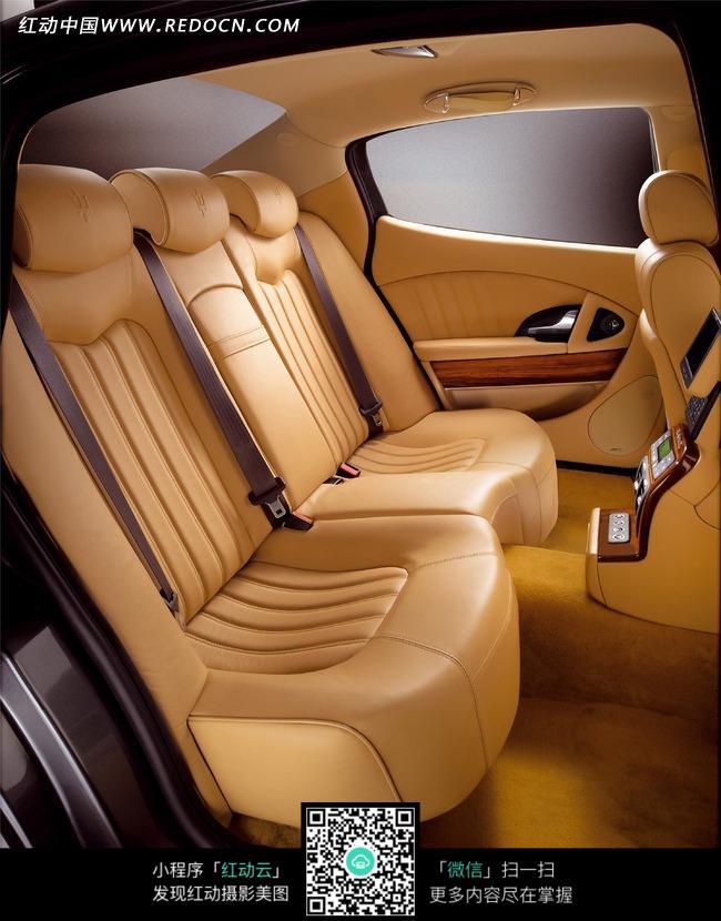 玛莎拉蒂的车内后排座椅空间图片
