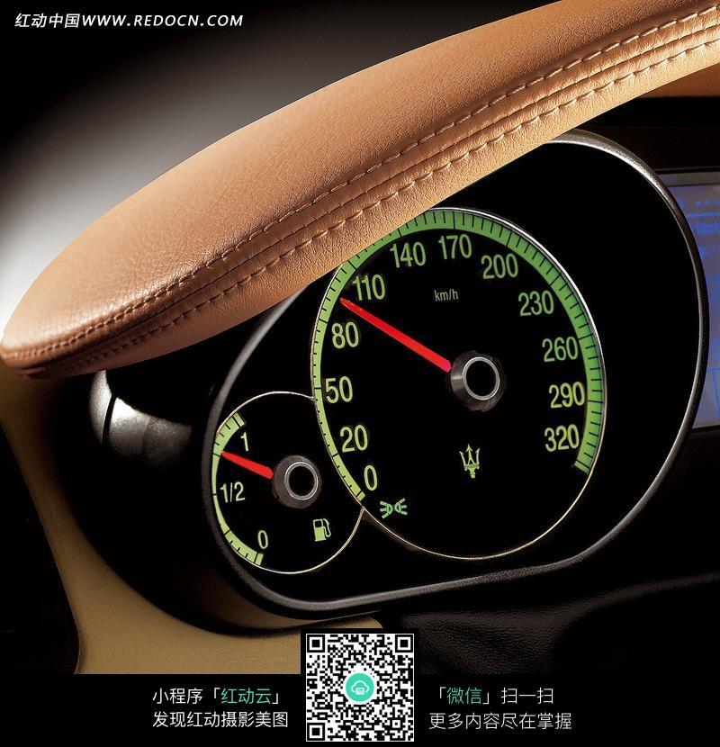 玛莎拉蒂汽车油表车速表特写