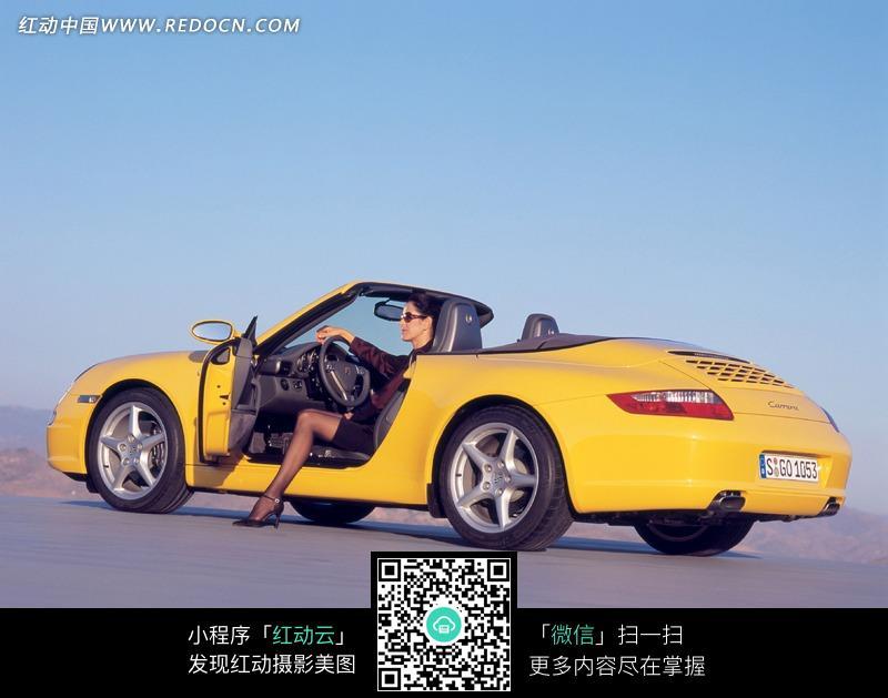 黄色保时捷美女车模图片