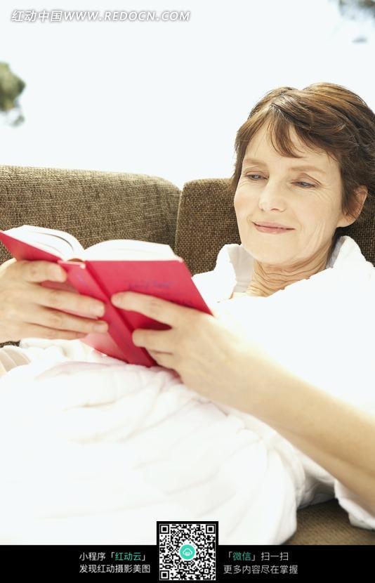 半躺着看书的外国女人