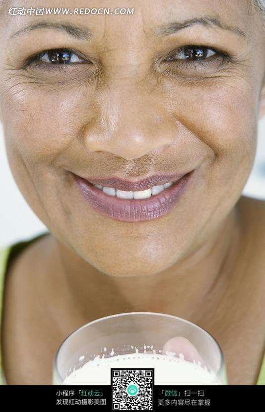 端着一杯牛奶的外国老年女人图片