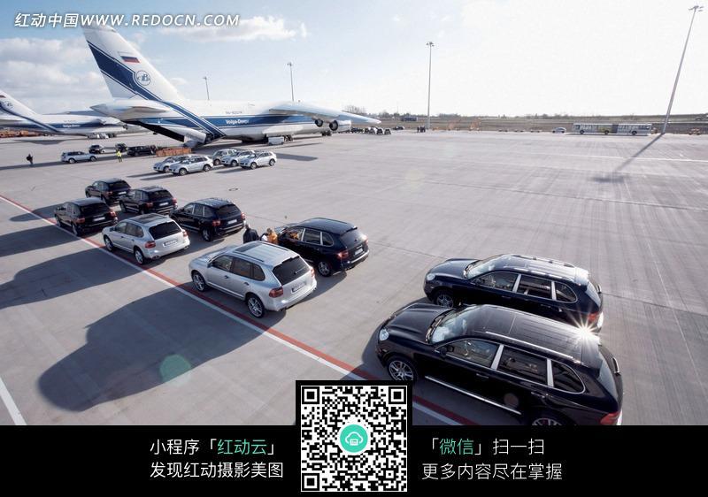 停在机场的保时捷汽车图片高清图片