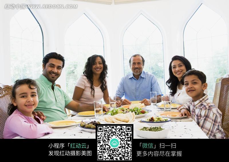 围着饭桌吃饭的外国一家人图片