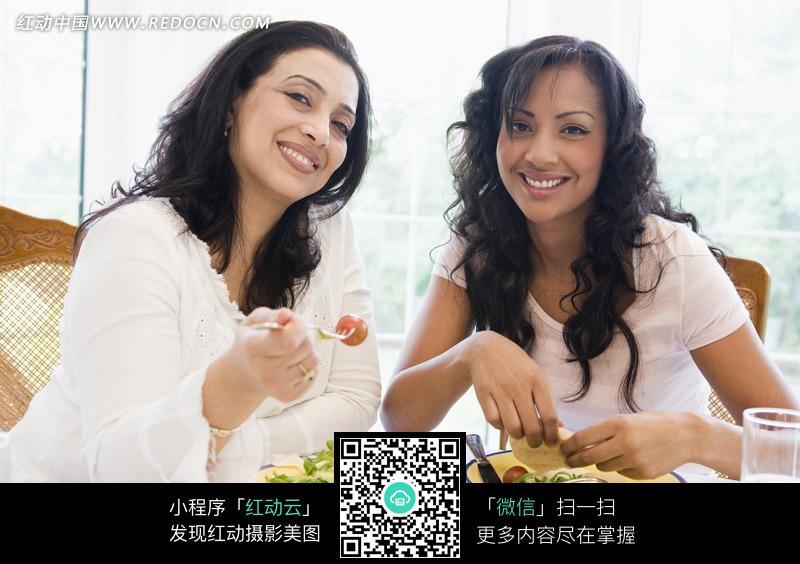 吃饭的外国女人图片