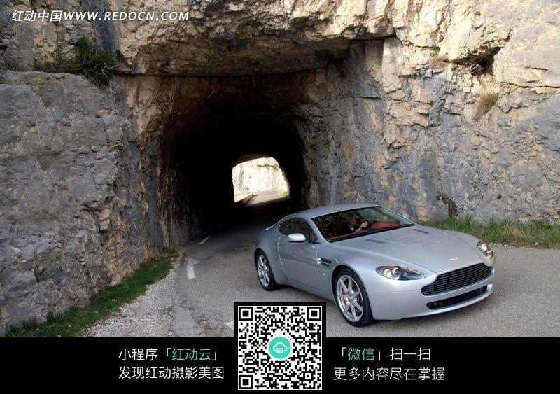 穿越山洞的阿斯顿马丁汽车图片图片高清图片