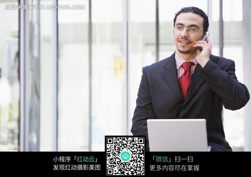 男人开包代表什么_拿着电脑接手机的外国男人
