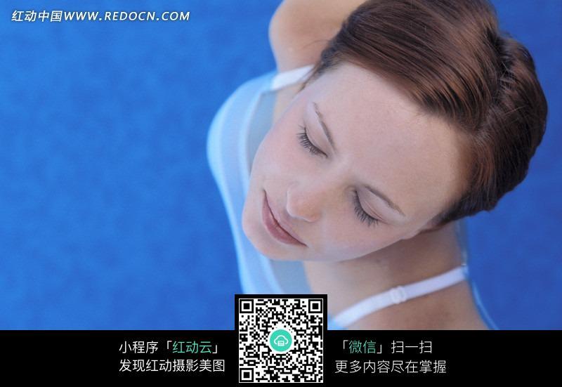 免费素材 图片素材 人物图片 女性女人 俯视拍摄水池中的美女特写图片