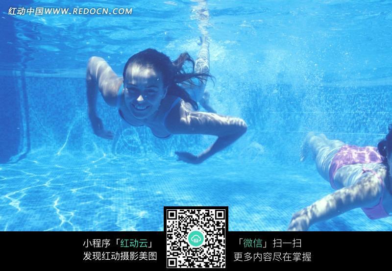 水里游泳的女人图片 女性女人图片