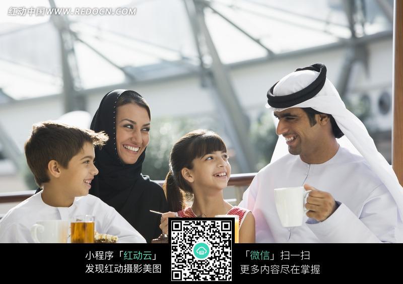 吃东西的阿拉伯家庭图片