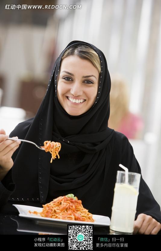 含笑吃饭的阿拉伯美女图片