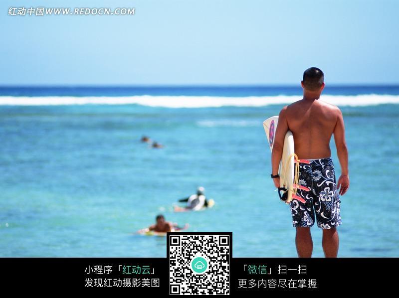 大海沙滩上拿着滑板的男人背影图片免费下载 编号884295 红动网