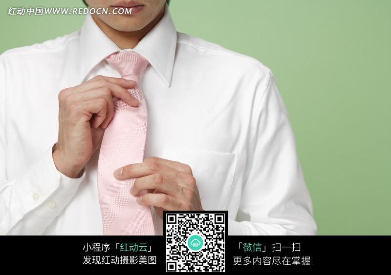 穿白衬衣系领带的男人图片