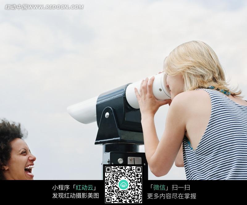 一个正在用望远镜看向远方的外国美女图片