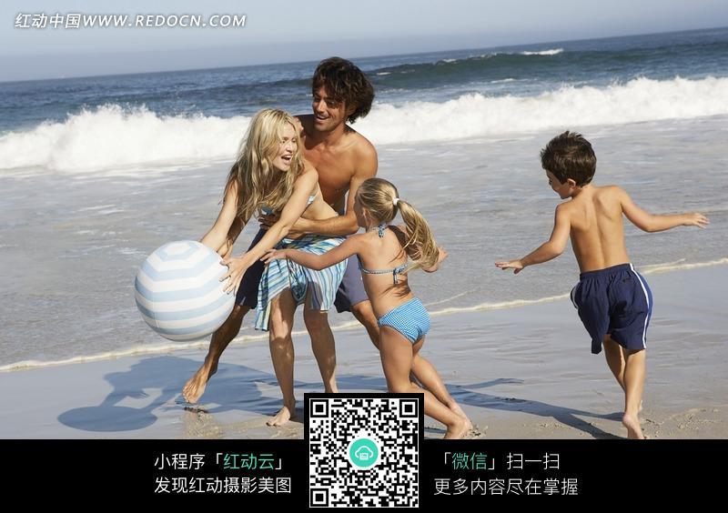 在海边嬉戏的一家人图片