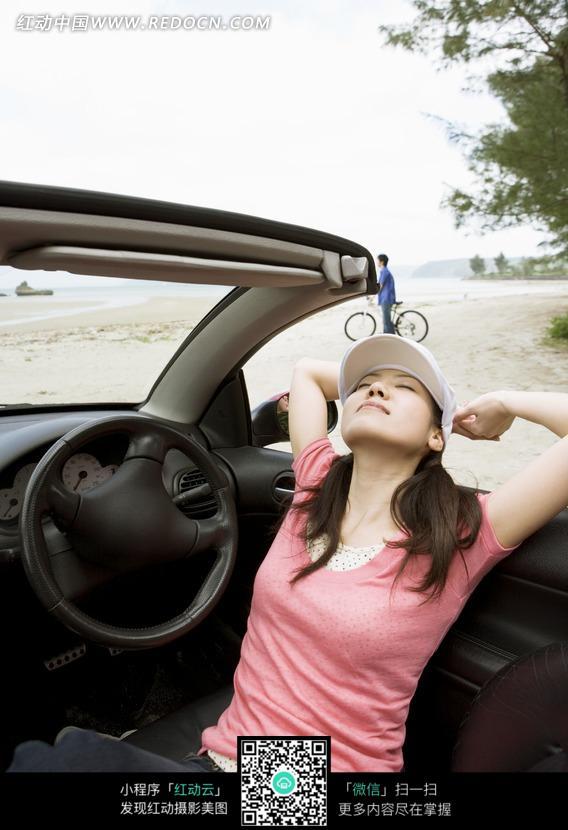 靠在开蓬半身伸展美女闭目戴帽子的车门双臂照里雨美女图片
