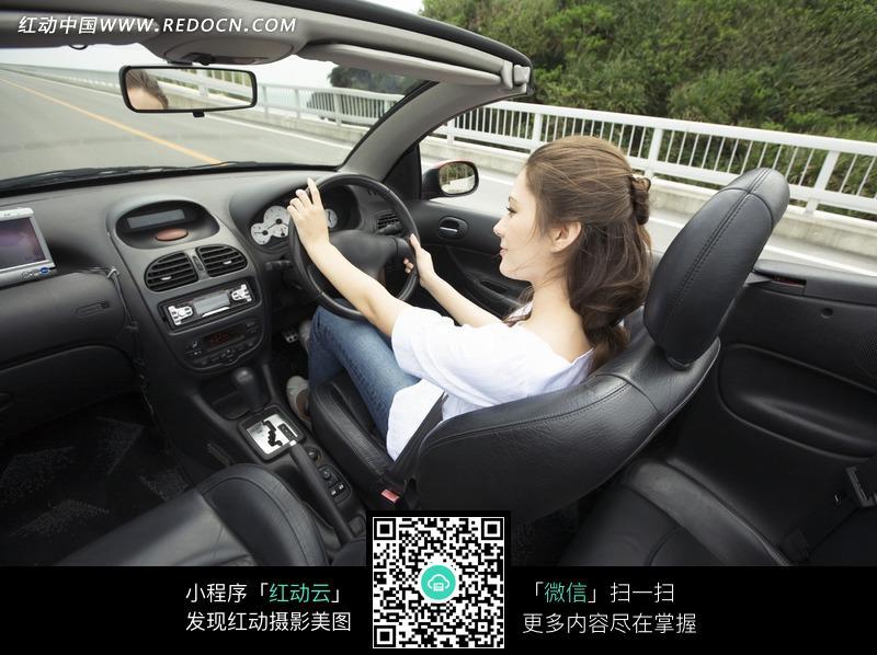 开车的白衣美女图片