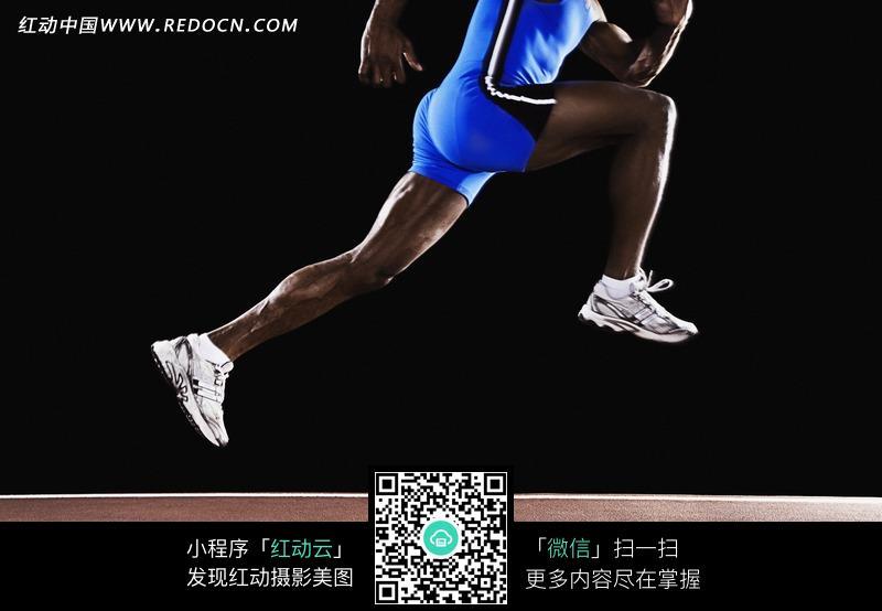 在跑道上跃起奔跑的黑人运动员双腿