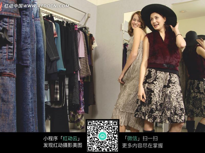 在衣服店摆姿势的2个外国美女图片