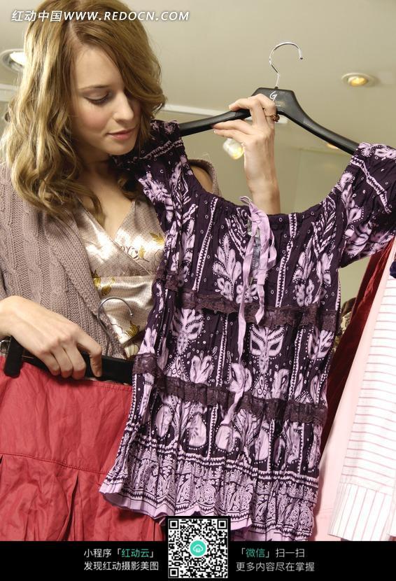 拿着一件衣服的外国美女图片 人物图片素材|图片库