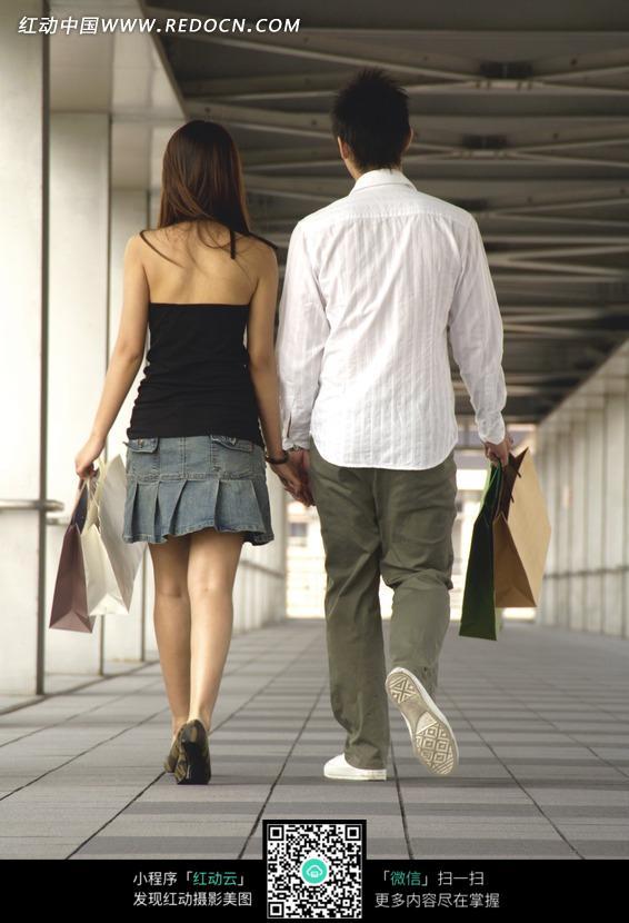 情侣牵手购物背影图片