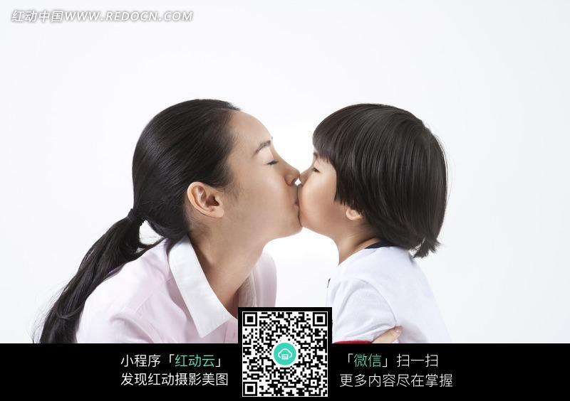 亲嘴的母子图片