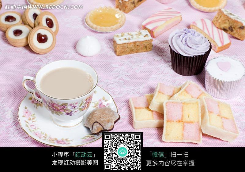 桌子上的西式茶饮和糕点图片