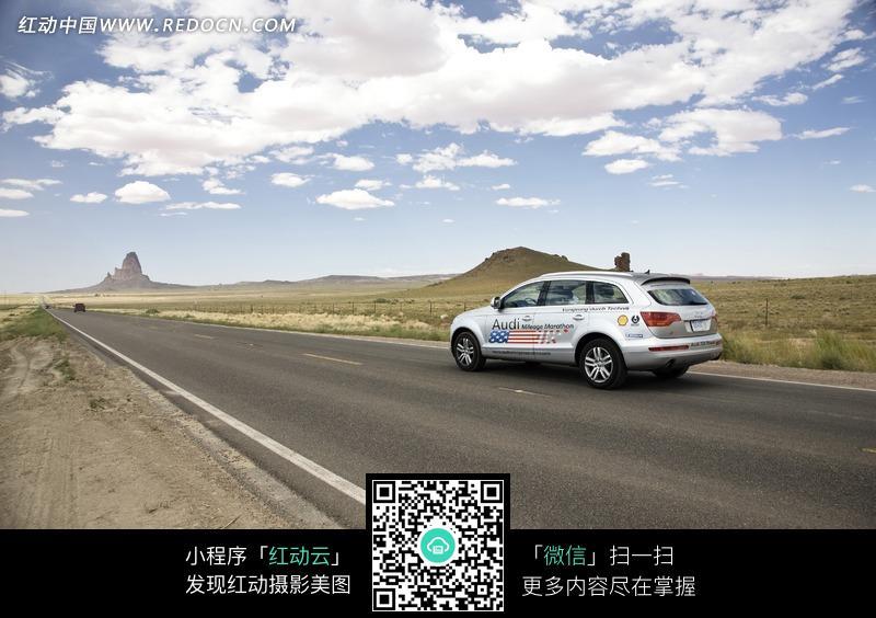 素材下载 图片素材 现代科技 交通工具 > 停在公路上的奥迪a8l汽车