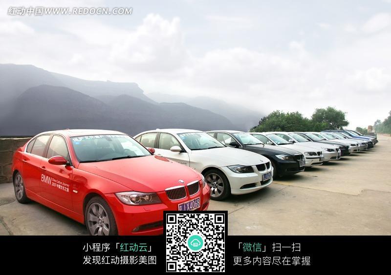 天空下的一排宝马7系汽车图片