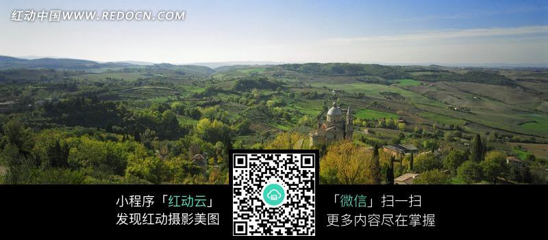 山林里的欧式村落和教堂_自然风景图片
