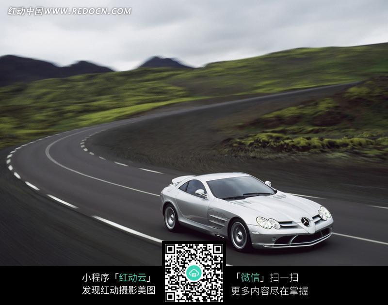 行驶在路上的银灰色汽车图片
